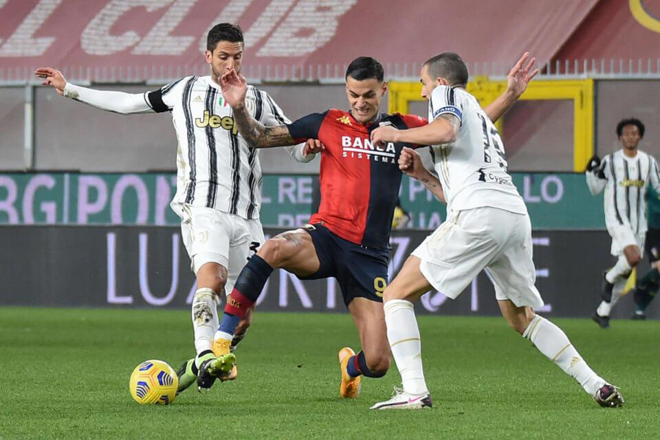 Gianluca Scamacca walczy z zawodnikami Juventusu