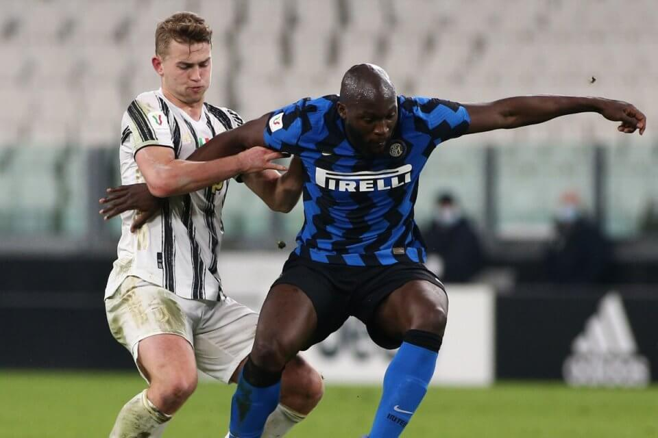 Lukaku (Inter) w walce z De Ligtem (Juventus)