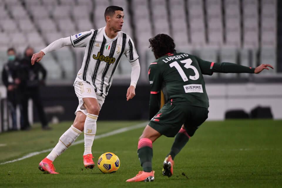 Sebastiano Luperto (z prawej) w walce z Cristiano Ronaldo