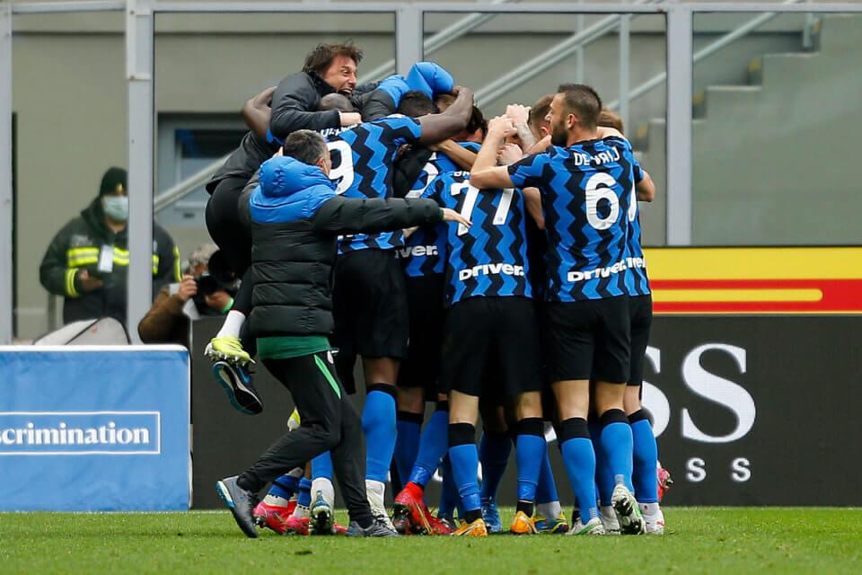 Antonio Conte cieszy się z piłkarzami Interu